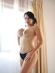 Nude brunette demonstrates her round ass and pretty tits - Pics