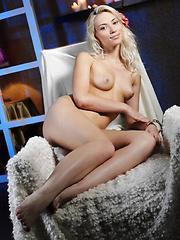 Naked babe Adele - Pics
