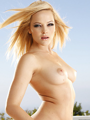 Alexis Texas bares all in this outdoor nude set - Pics