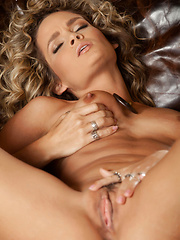 Prinzzess Felicity Jade opens her tight pink pussy - Pics