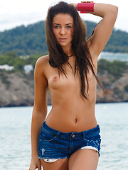 Gracy Taylor gets naked and wet by the lake - Pics