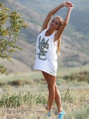 Slim sport girl in nature - Pics