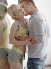 Blonde cutie sucks her bf\'s fat cock till he blows - Pics