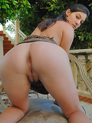 Liliana fingers her sweet and tasty pussy - Pics
