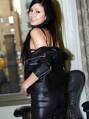Submissive sex kitten Catie Minx takes Manhattan in black leather - Pics