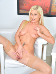 Gorgeous mommy makes her pussy cum with big massager - Pics