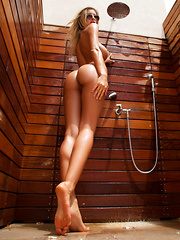 Claudia: Blind Shower - Pics