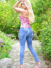 xoGisele rocks tight denim jeans and a corset top and she plays with her flesh colored dildo - Pics